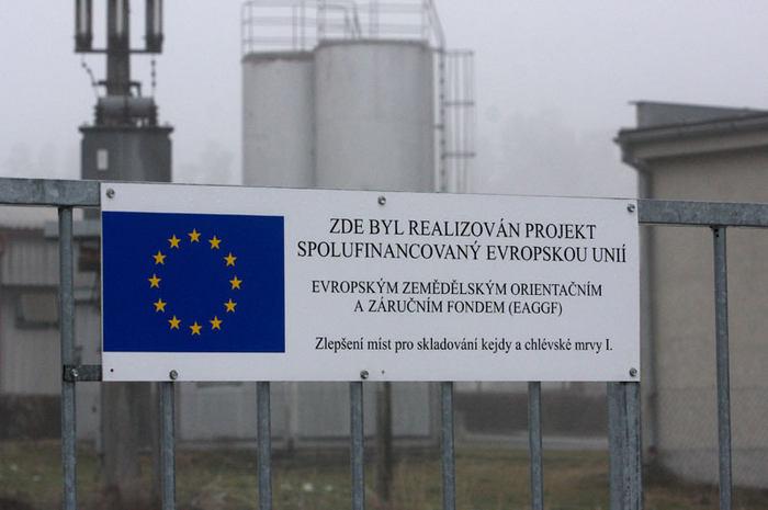 Prasata se na místě koncentráku chovají i s přispěním Evropské unie.
