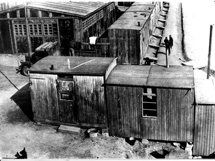 5O pojízdných dřevěných baráčků pro 150 - 200 osob. Po zřízení tzv. cikánského tábora byly kapacity čtyřikrát překročeny