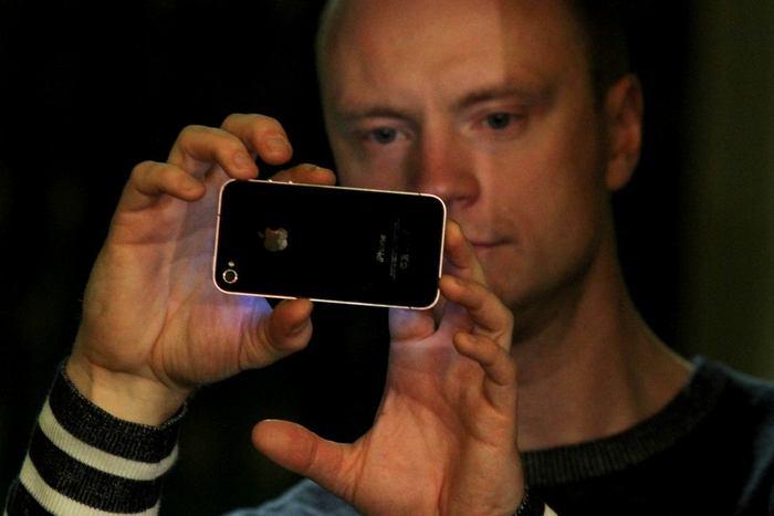 Zbraň či štít? Jan Budař čelí mediálnímu tlaku svým iphonem.