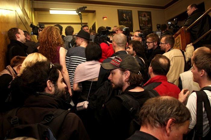 Tady jsou, novináři na schodech před sálem, smíseni s herci a tvůrci filmu. Slušnost se vytrácí, převahu získává psychologie davu.