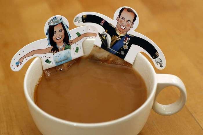 ...s mlékem. Důvod, proč Britové pijí čaj s mlékem, pramení z praktických důvodů. Ze začátku nebyl na trhu dostupný kvalitní porcelán a hrozilo, že by při nalití horkého čaje do šálku došlo k popraskání glazury. Proto naopak nejprve Britové nalili do šálku mléko a do něj přidali čaj. Celkový nápoj byl chladnější a nehrozilo zničení šálku. V pozdější době, kdy došlo ke zdokonalení technologie výroby porcelánu, se veřejnost uchýlila k opačnému postupu, a sice nalévání mléka do čaje.
