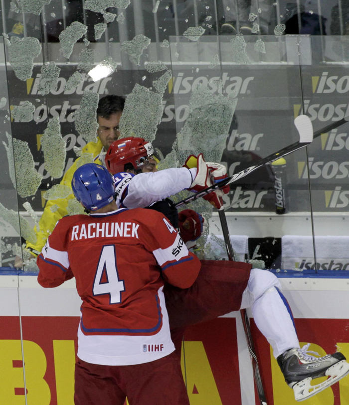 Plexisklo nevydrželo náraz. Karel Rachůnek se vyřádil na Jevgeniji Arťuchinovi.