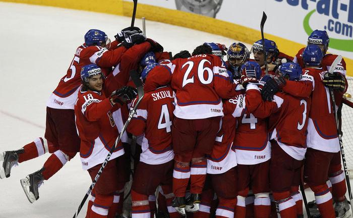 Čeští hokejisté dokázali na šampionátu v Bratislavě vybojovat bronzové medaily. Tak vypadala jejich radost bezprostředně po skončení zápasu.