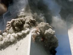 Jižní věž Světového obchodního centra se řítí k zemi
