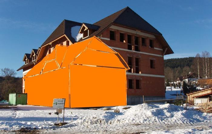 Černá stavba v Prášilech. Obrázek ukazuje rozdíl mezi povoleným projektem a skutečností.