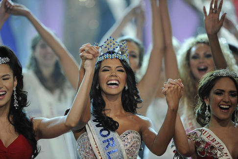 Miss World 2011 se dnes v Londýně stala Ivián Colmenaresová z Venezuely (uprostřed).