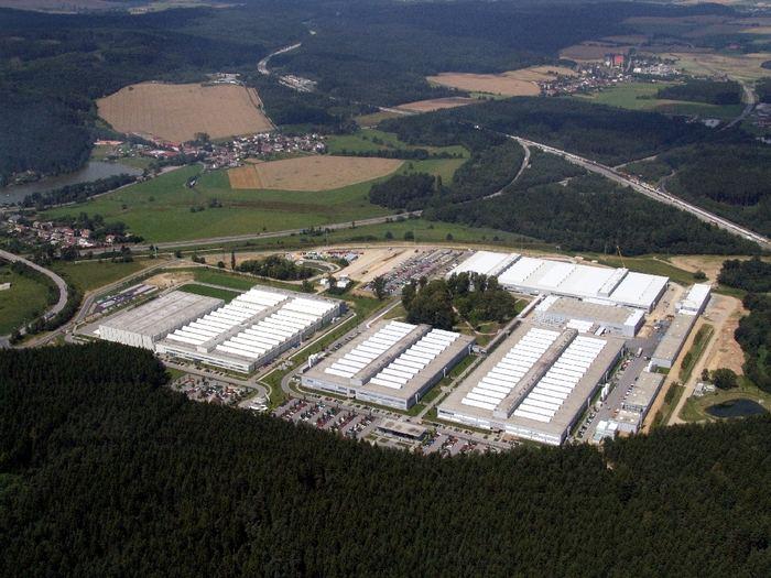Výstava o tom, že tovární hala nemusí dávat krajině pěstí