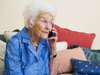 Telefonování, stáří, senior - ilustrační foto