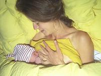 Stát nutí matky rodit v nemocnici