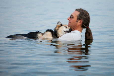 Nemocný pes a jeho pán dojímají svět