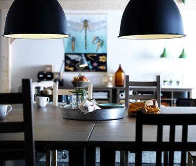 kuchyn� - lampa u stolu