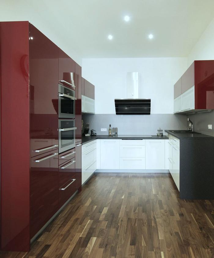Kuchyň je situovaná do tvaru písmene u, bílošedé provedení