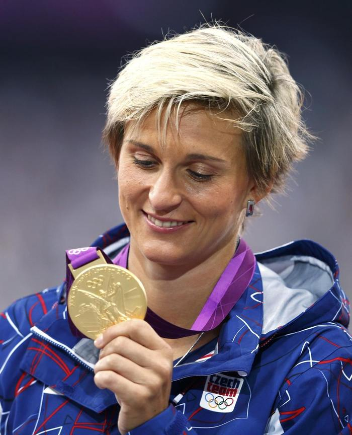 http://img.aktualne.centrum.cz/544/12/5441234-barbora-spotakova-se-zlatou-olympijskou-medaili.jpg