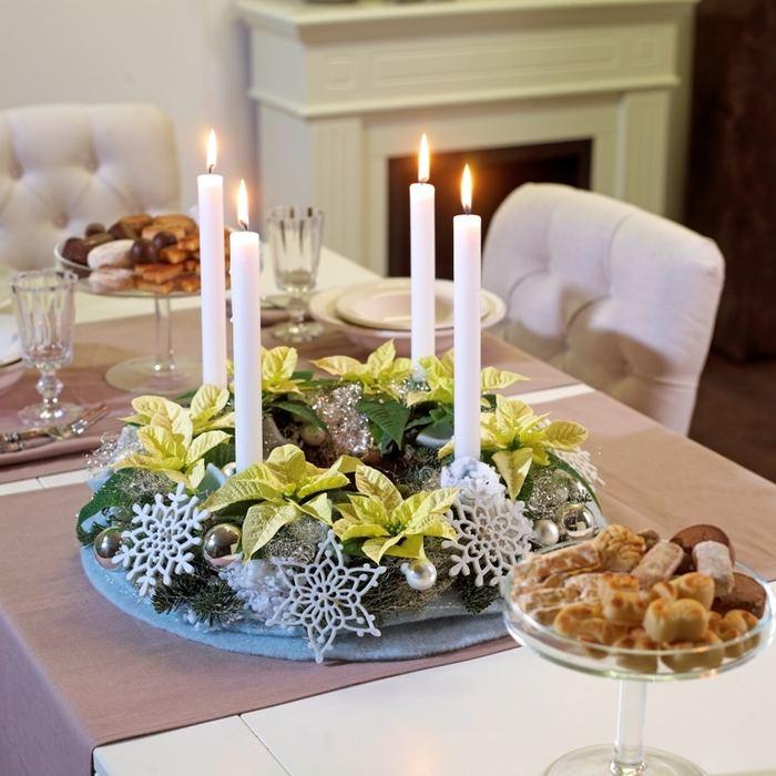Vánoční stolní dekoraci se sněhovými vločkami zdobí květy