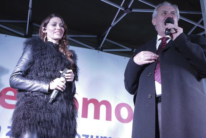Na závěr pozval na pódium svou srdcovou záležitost - zpěvačku Terezu Kerndlovou. Dá mu prý vždycky pusu na tvář.