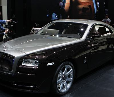 Jedno z exkluzivnch aut leton enevy - Rolls Royce Wraith.