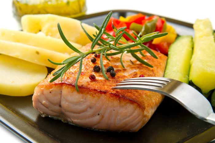<H2>Ryby</H2><P>Konečně něco tučného, protože <B>tuk z ryb</B> je na rozdíl od těch druhých zdraví velmi prospěšný. <b>Losos, tuňák, makrela, sardinky</b>,ale i český <B>kapr</B> jsou koncentrovaným zdrojem <B>omega-3 mastných kyselin</B>. Tyto látky výrazně snižují riziko <B>srdečních chorob</B> a nemocí krevního oběhu. Také zmírňují některé příznaky <B>lupénky</B> a jsou nezbytné pro zdravý vývoj očí a mozku. Ke zdraví nám také pomůže obsah <B>vitamínů A a D</B> v rybách. </P>