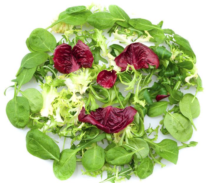 <H2>Zelená (listová) zelenina</H2><P>Vybrat si můžete ze široké škály: <B>zelené listy</B> hlávkových salátů, špenát, brokolice, výhonky čekanky i klasické české zelízvládají ochranu buněk proti volným radikálům, snižování hladiny škodlivého<B> cholesterolu</B> v krvi, vyladění nervové soustavy, zlepšení <B>soustředění</B> a dokáží takélikvidovat stres. Obsaženálátka indol-3 karbinol proměňuje hormony na látky <B>bránící vzniku rakoviny</B>. Je silným antioxidantem a pomáhá játrům<B>likvidovat toxiny</B>.</P><P>Hlavní výhodou je <B>kyselina listová</B> v přírodní formě, jež pomáhá našemu organismu vytvářet mladé buňky a<b> opravuje chyby v DNA</b>.</P>