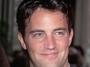 Matthew Perry byl u� d�vno p�ed nat��en�m P��tel ost��len�m sitcomov�m profesion�lem. Sc�n�rist� kv�li n�mu ud�lali p�r zm�n ve sc�n��i, proto�e Chandler Bing m�l b�t p�vodn� homosexu�l.