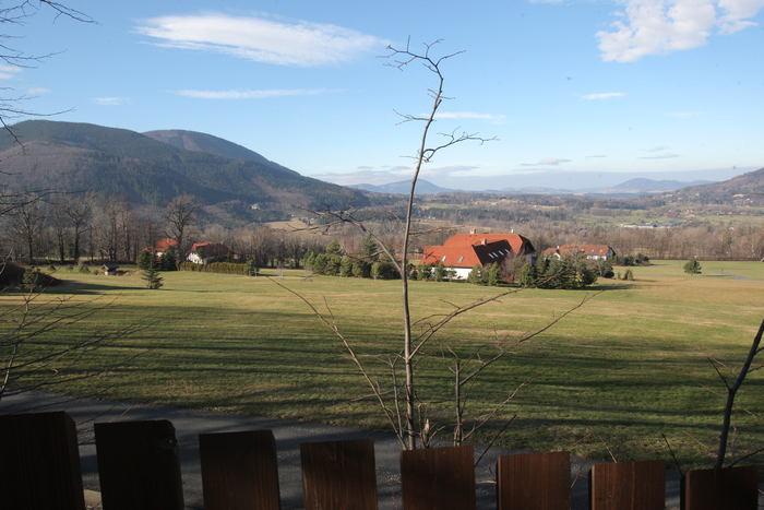 Mnohahektarové zahrady obehnané vysokými ploty.