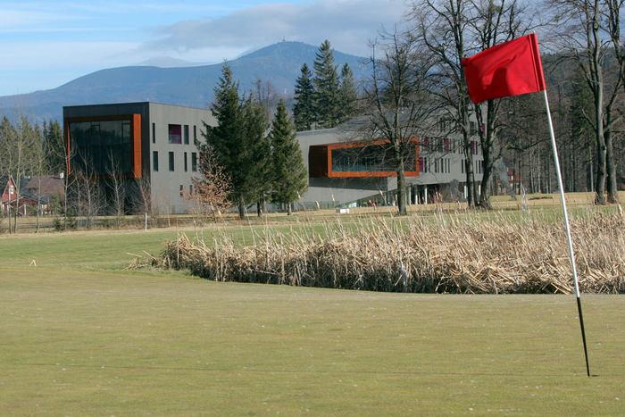 Richard Kučík, podnikatel v energetice, si tady, těsně vedle greenů, jako vedlejšák postavil hotel.