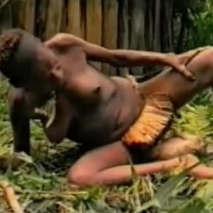 Video: Domorod� porod v d�ungli, p�irozen� jako d�ch�n�