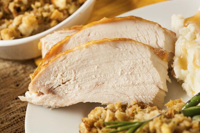 <H2>Krůtí maso</H2><p>Začíná to dobře, ne? Pěkná krůtí pečínka neho steak obsahuje<b> niacin, vitaminy B6 a B12</b>, železo, selen, zinek a více než 23 % bílkovin. Vyšší obsah bílkovin u potravin považujeme za nespornou výhodu. Krůtí maso má také velmi nízký obsah tuku. Navíc obsahuje prospěšné aminokyseliny, které chrání <b>srdce a mozek.</b> Jedna z nich - <b> mtryptofan</b> - má dokonce pozitivní vliv na naši dobrou náladu.</p>