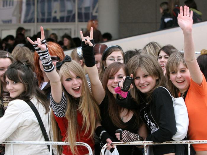 http://img.aktualne.centrum.cz/72/7/720756-tokio-hotel-v-praze-fanynky-cekaji-na-koncert.jpg