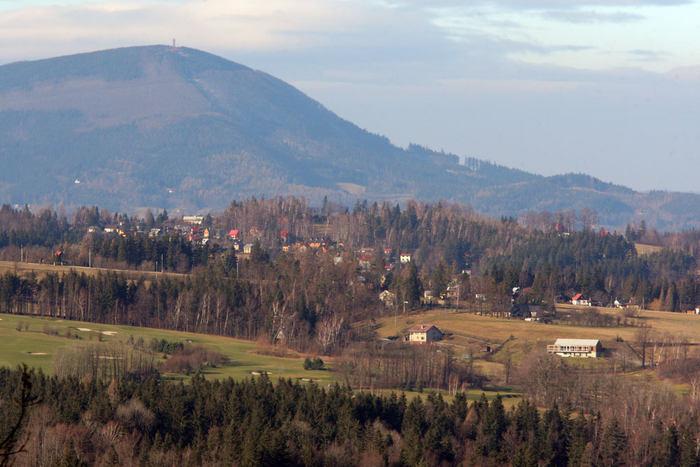 Čeladná, ves mezi beskydskými kopci. Dříve se myslilo, že název obce je odvozen od čeládky. Nová verze hovoří o názvu odvozeném z německého výrazu pro výběrčí místo v průsmyku, platební úžinu (Stanislav Tofel, 2000).