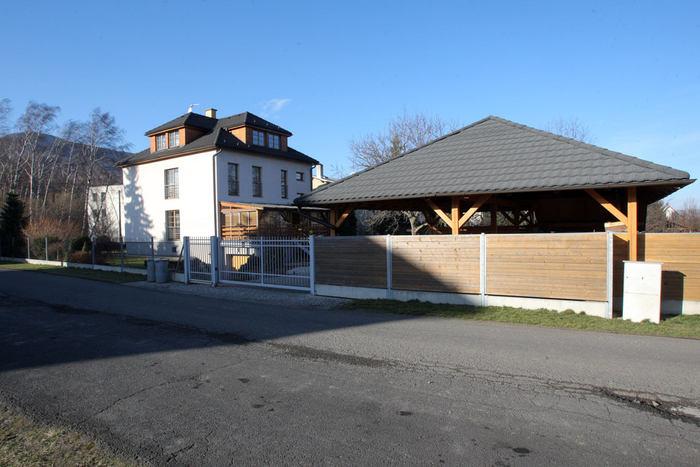 V centru obce dům dlouholetého starosty, momentálně místopředsedy TOP 09, Pavola Lukšy.