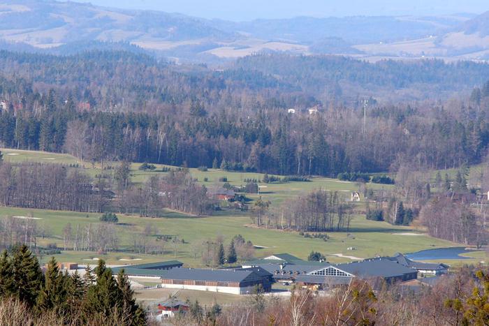 Uprostřed obce vybudoval nejluxusnější golfový areál v Česku.