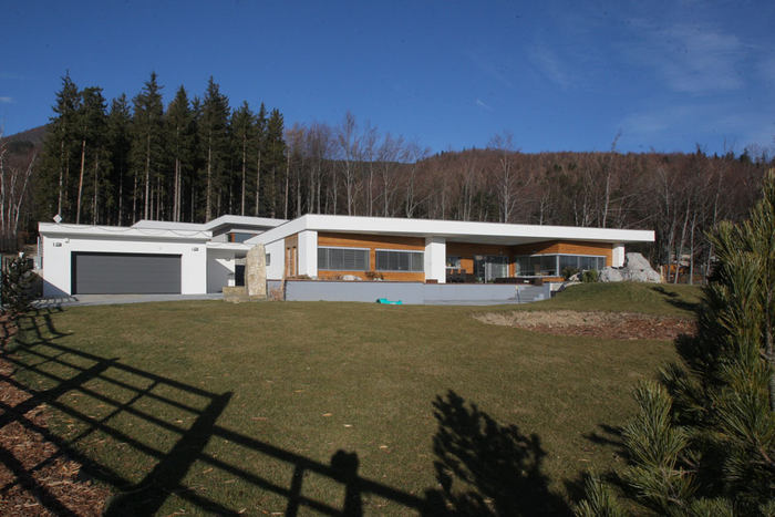 V prostřední už bydlí místní podnikatel ve sjezdovém lyžování, stavitel a hoteliér Radovan Švrček.
